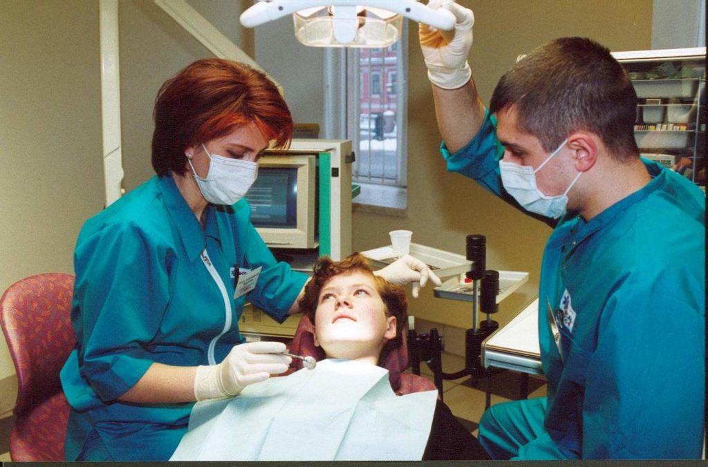 Мальчик на приеме у стоматолога