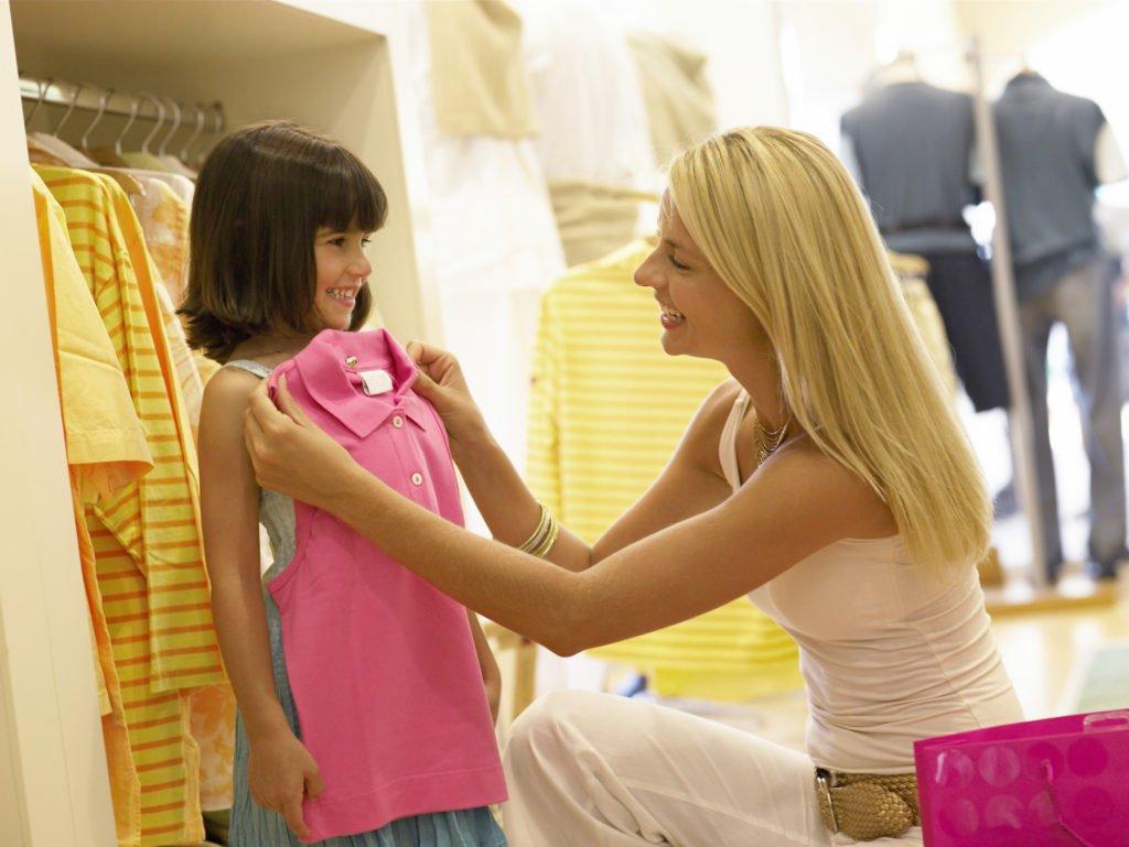 Продавец помогает с выбором