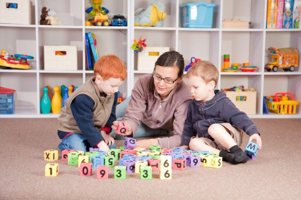Педагог занимается с детьми