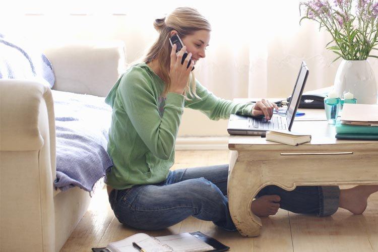 Девушка работает дома