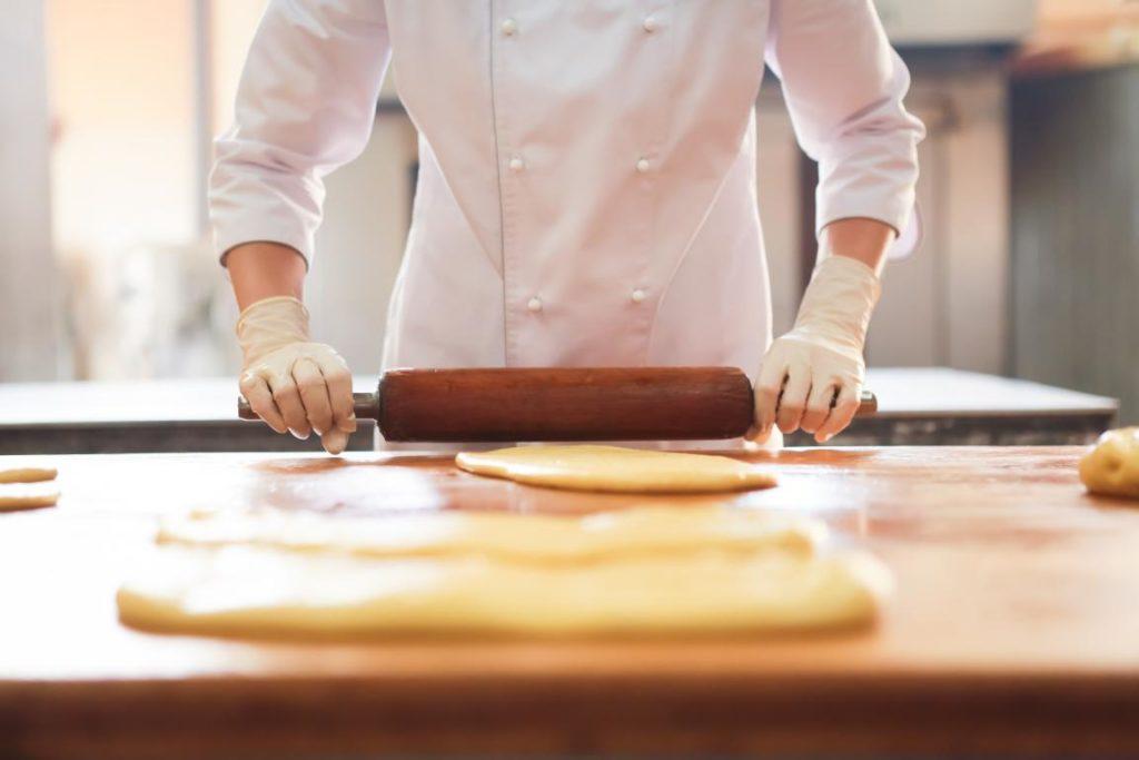 Пекарь в работе