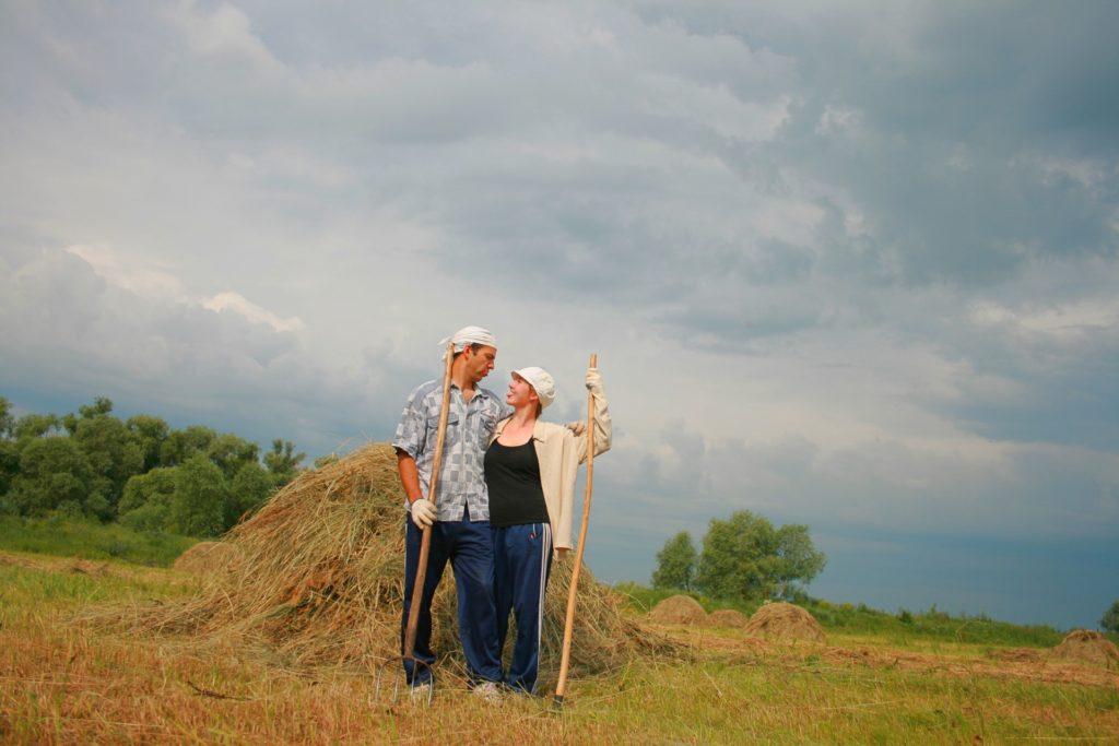 Сельские жители на поле
