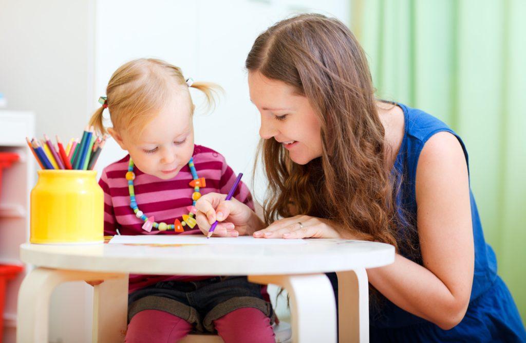 Воспитатель с ребенком