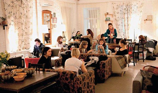 Размещение гостей в зале антикафе