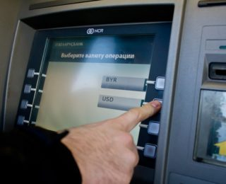 Можно ли снять доллары в банкомате