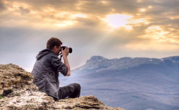 Фотографирует пейзаж