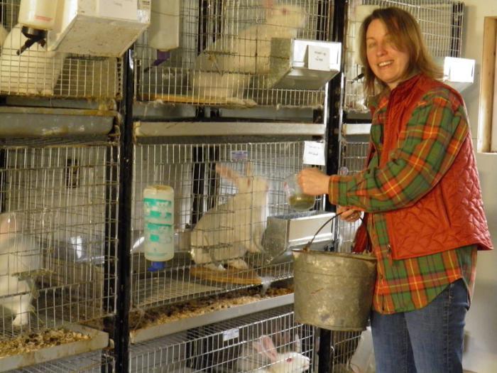 Женщина ухаживает за животными