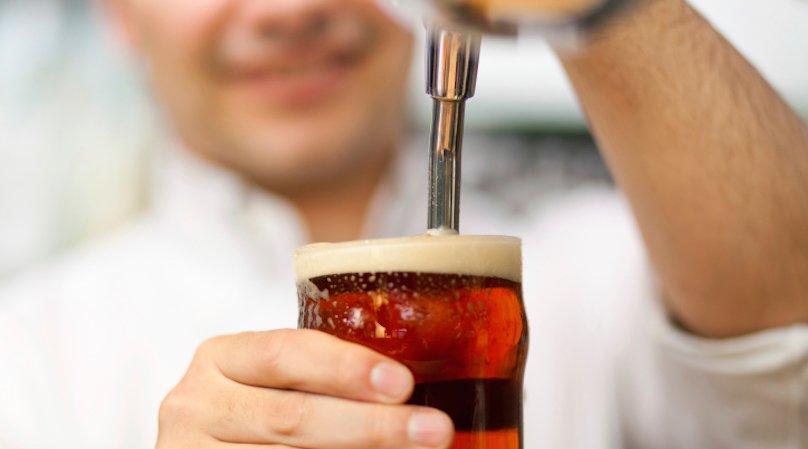 Бармен разливает пиво