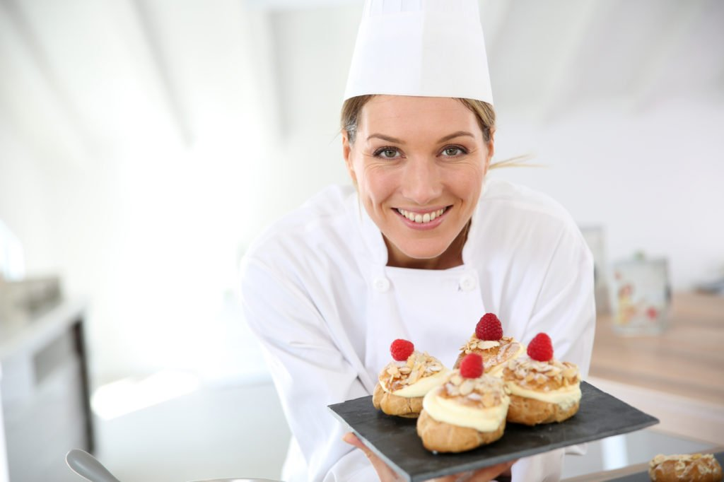 Кондитер с пирожными
