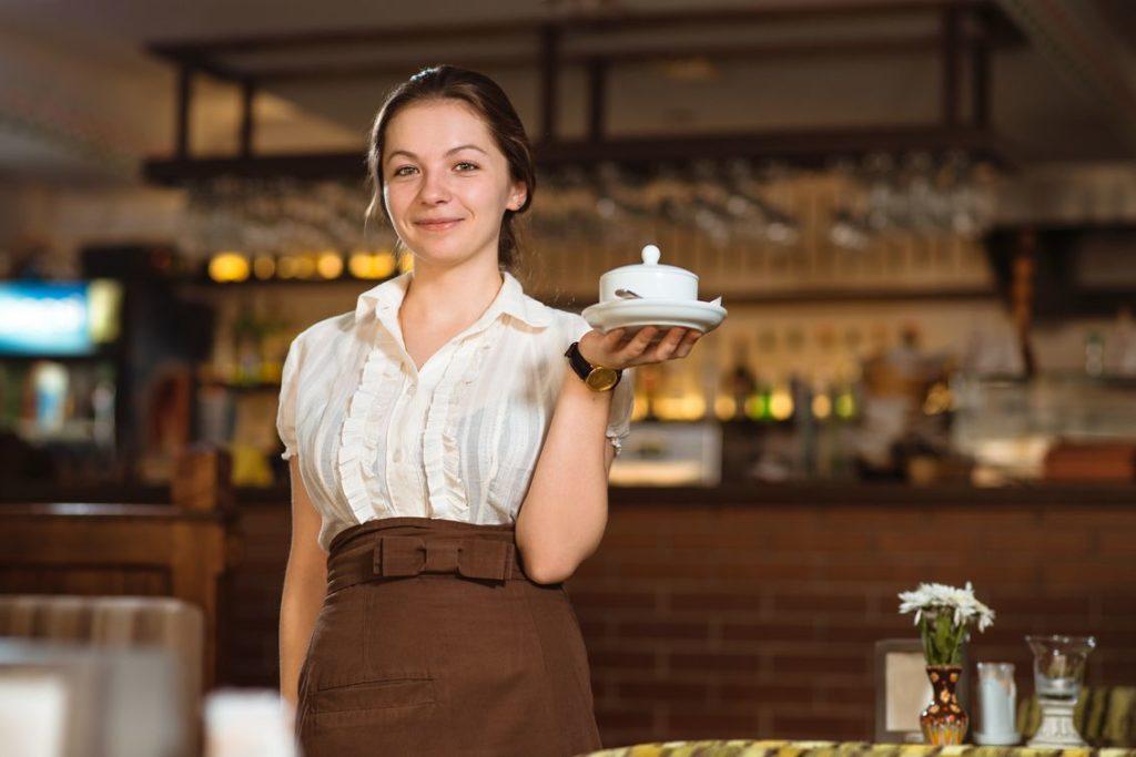Официантка в работе