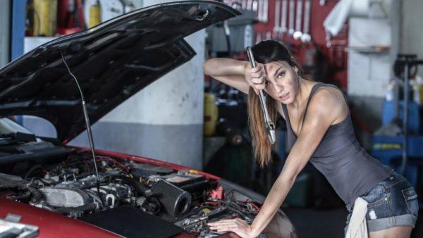 Девушка механик