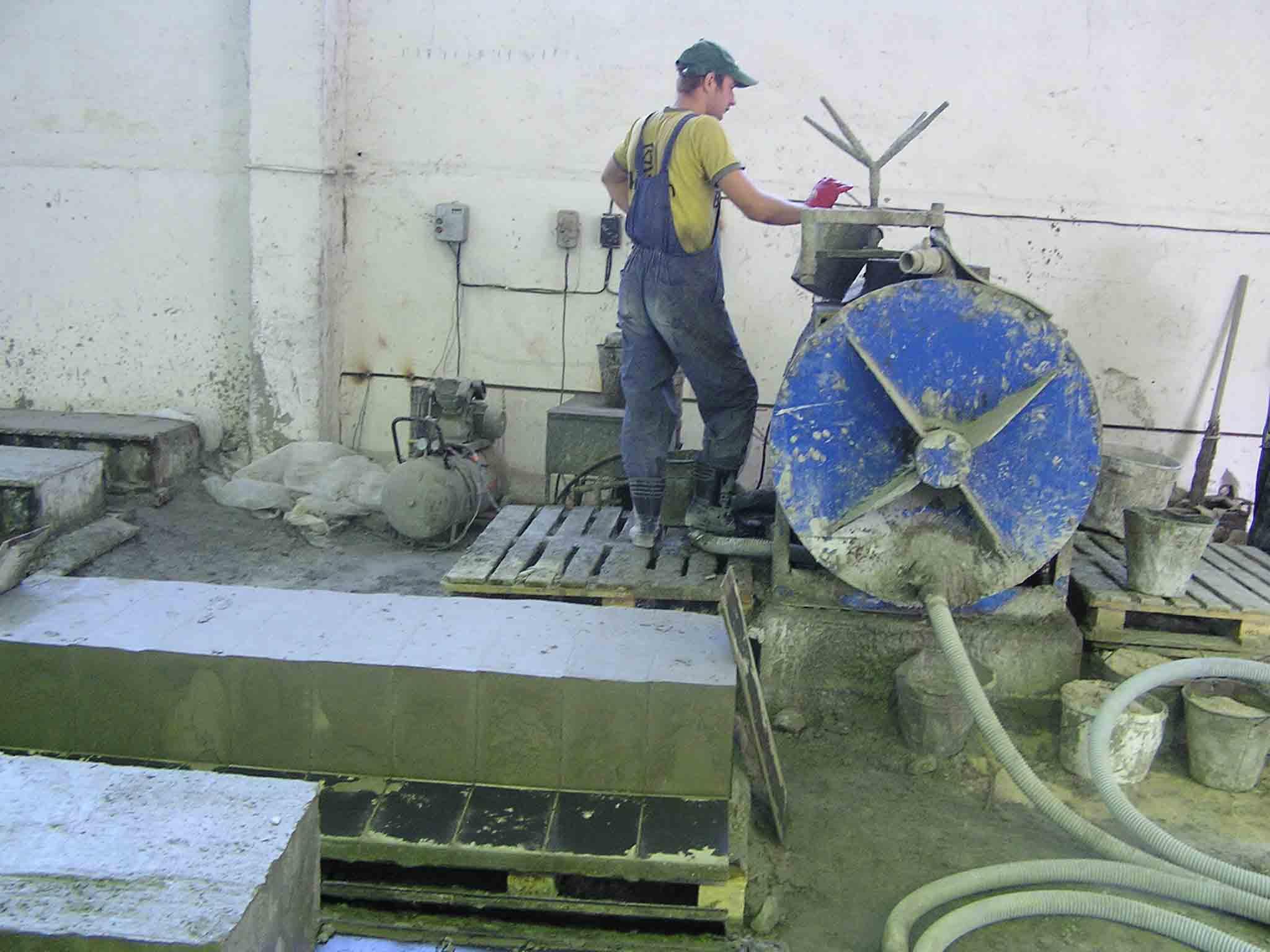 Работник трудится
