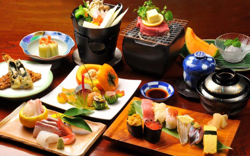Суши поданы на стол